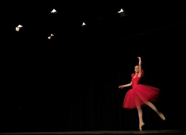 Ballerina im roten Kleid
