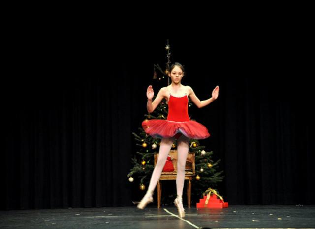 Ballerina im roten Kleid, Ballett-Nussknacker